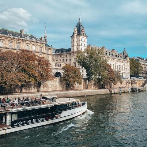 🎵 « Elle sort de son lit, tellement sûre d'elle. La Seine, la Seine, la Seine. Tellement jolie, elle m'ensorcelle. La Seine, la Seine, la Seine »  Nous aussi, nous nous sommes laissés envoûter par la Seine, ses quais et le ballet incessant de ses indémodables Bateaux Mouches.  Car si vous avez suivi nos aventures, vous n'avez pas dû manquer notre présence dans la capitale 🇫🇷🥖🍷   Deux journées de shooting ont rythmé notre fin de semaine, et notre appartement a été photographié sous tous les angles.  Stay tuned! Les photos arrivent bientôt… 📸  #knvaevents #knvaparis #parisevent #eventparis #evenementparis #paris #parisfr #parisfrance #parismaville #pariscity #parisjetaime #parislife #parislovers #parisianstyle #parisianlife #autumnvibes #bateauxmouches #vedettes #boatday